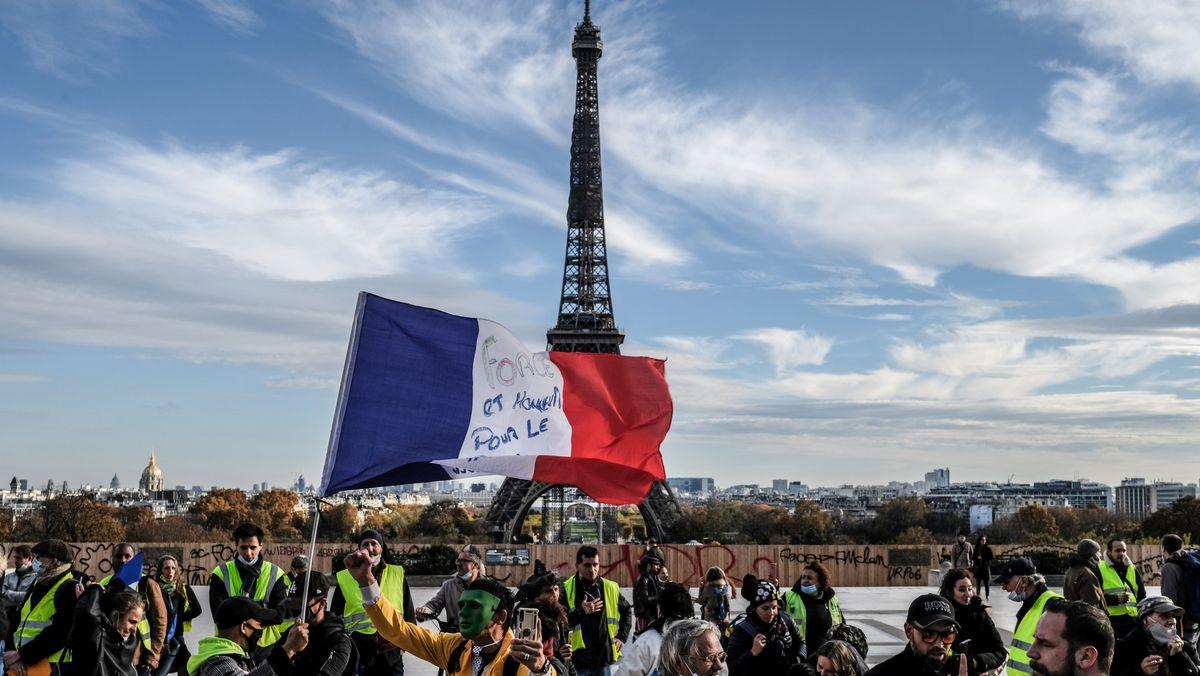 Anti-Corona-Demo in Paris - im Hintergrund der Eiffelturm