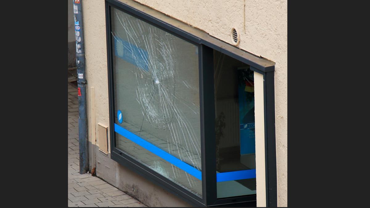 Das beschädigte Schaufenster des AfD-Büros in Straubing
