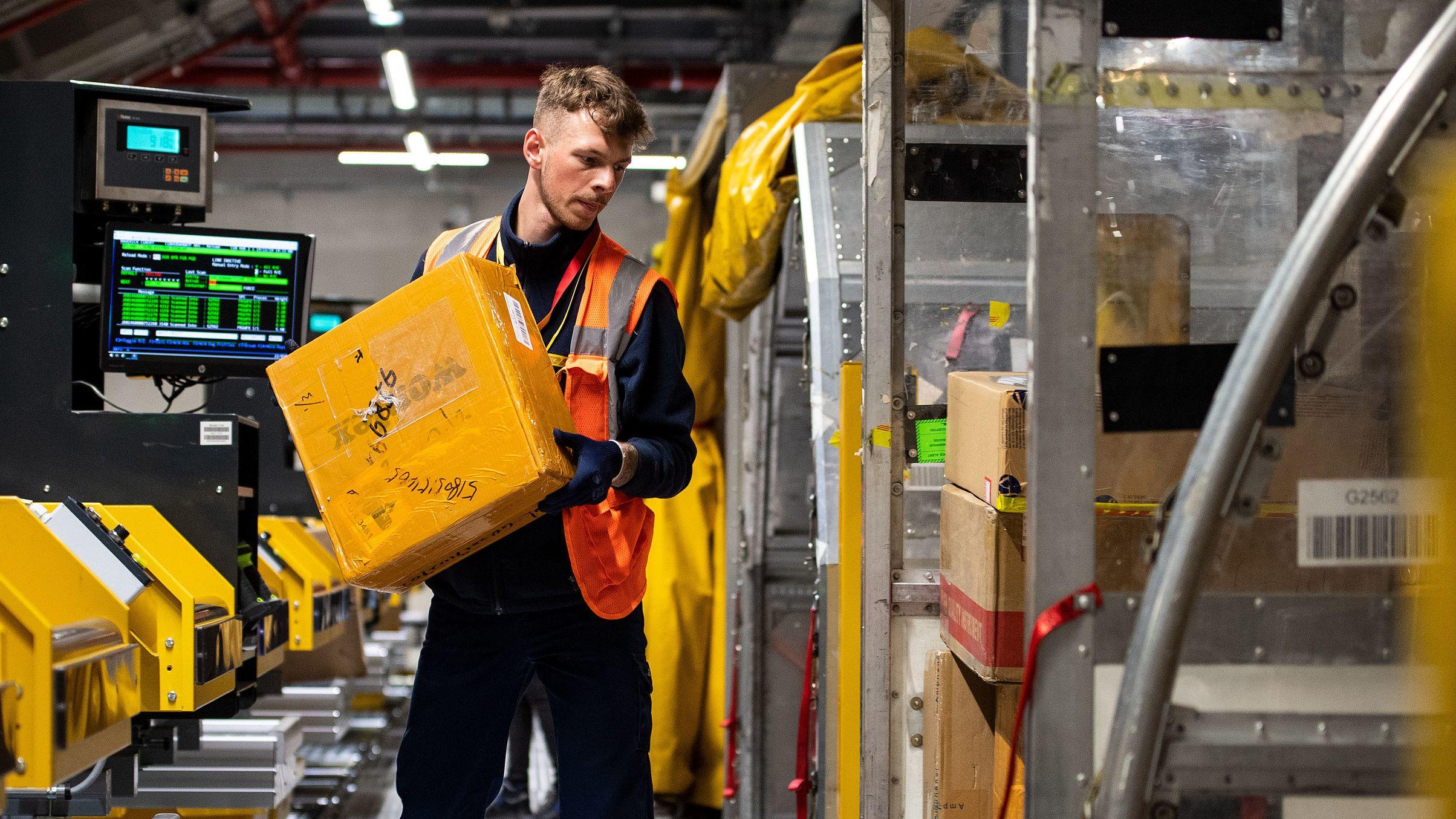 Mitarbeiter in einem Paketzentrum der Deutschen Post