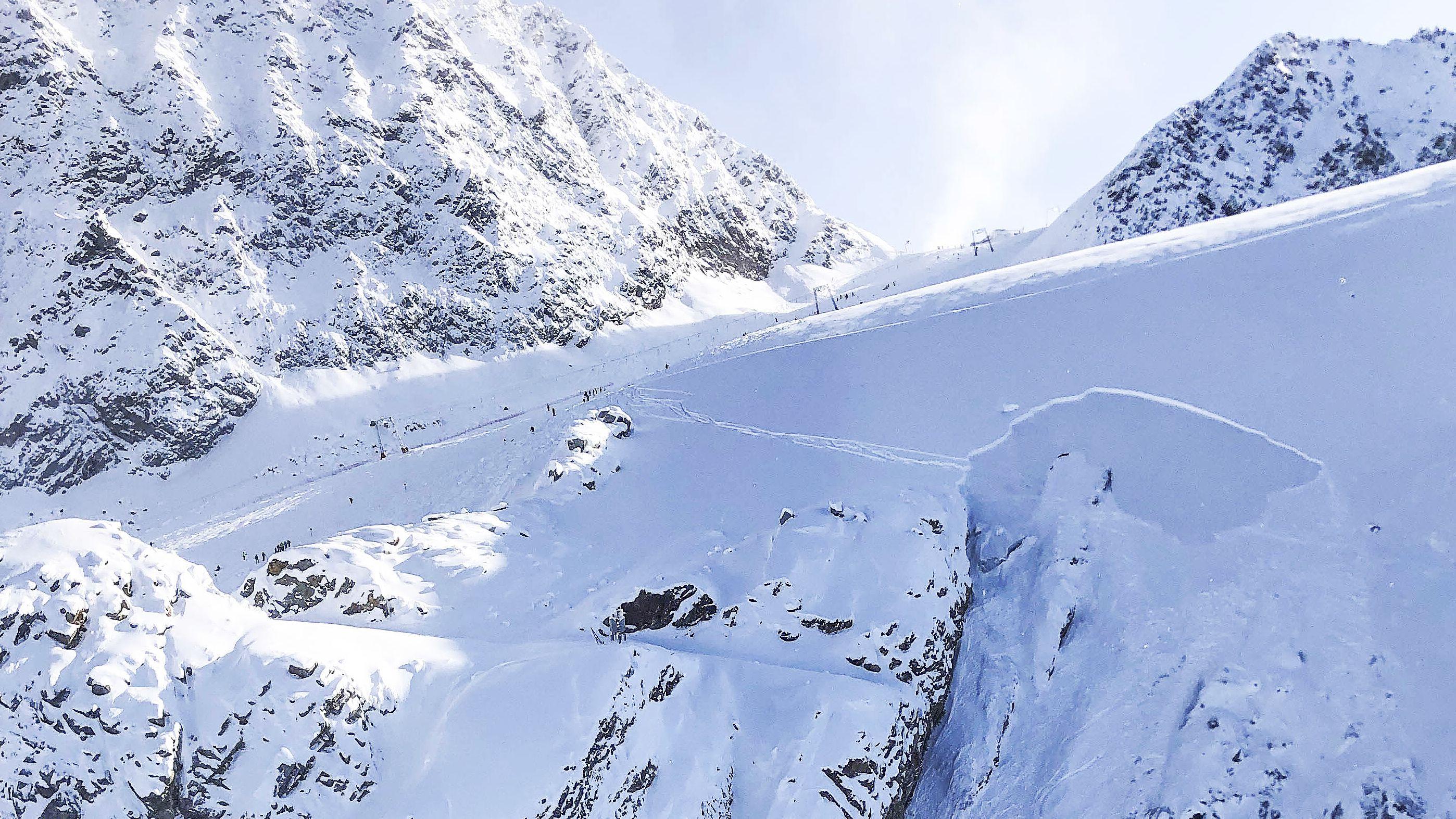 In Sölden in Tirol hat am Samstag, 9. November 2019, ein Schneebrett abseits der Piste zwei Personen verschüttet.