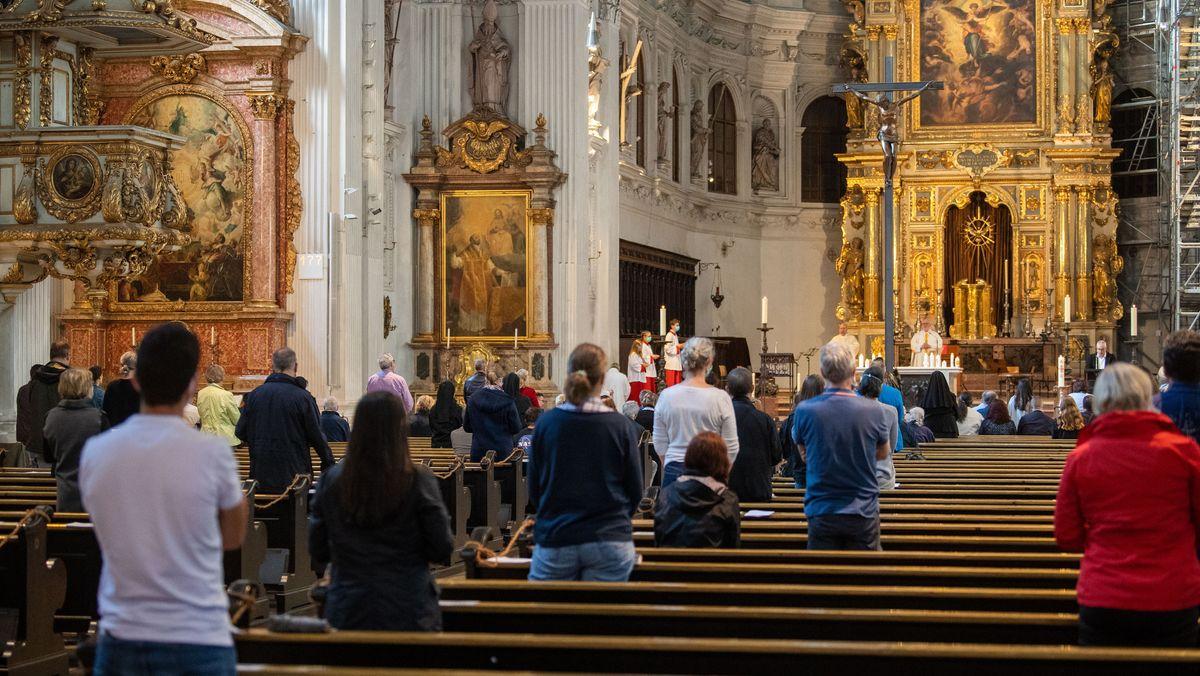 Gläubige in der Münchner St.-Michaels-Kirche.