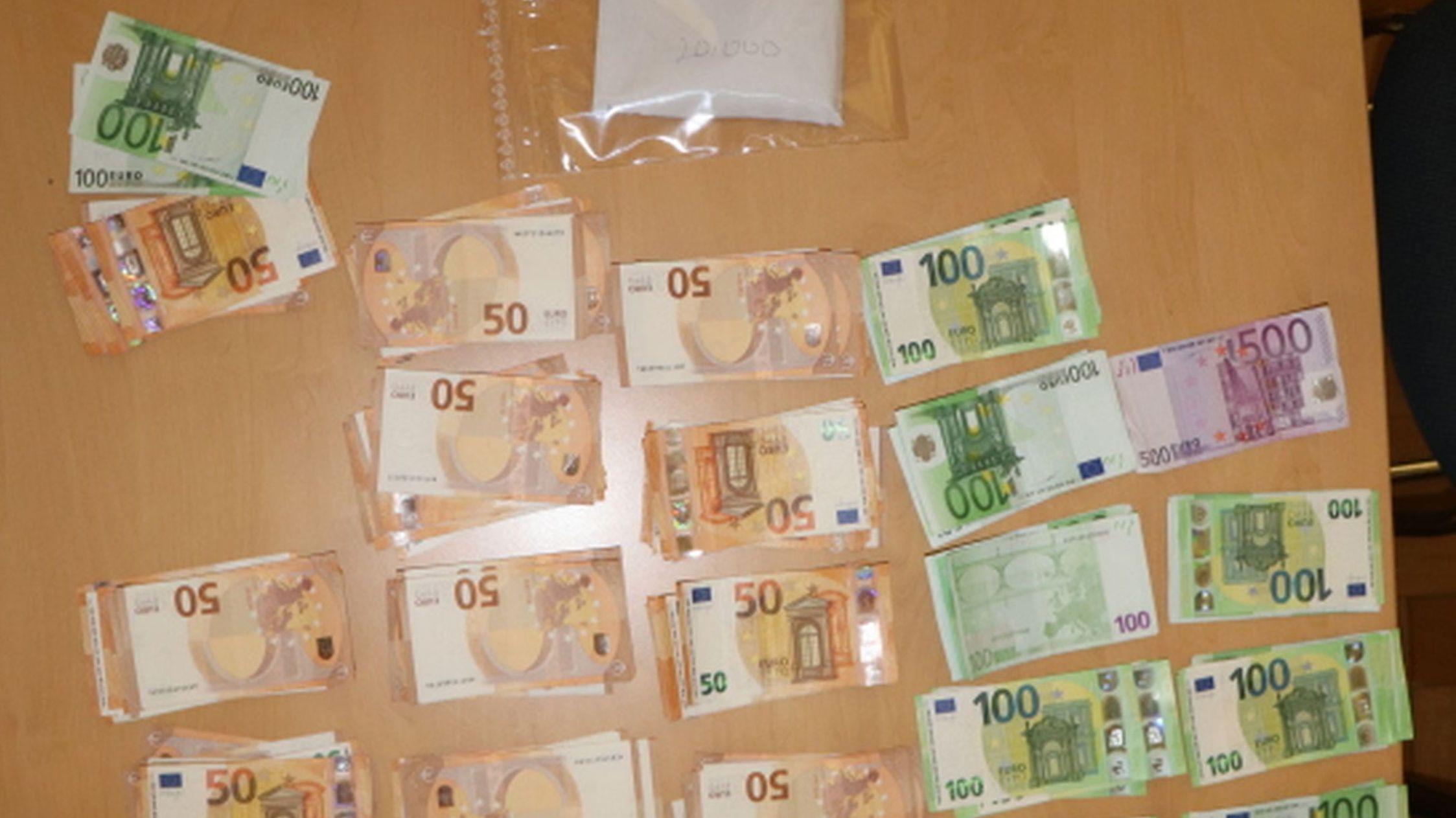 50- und 100-Euro-Scheine, die die Kripo sichergestellt hat, liegen auf einem Tisch.