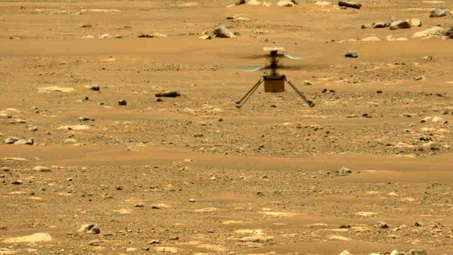 Ingenuity beim zweiten Testflug, fotografiert vom Mars-Rover Perseverance