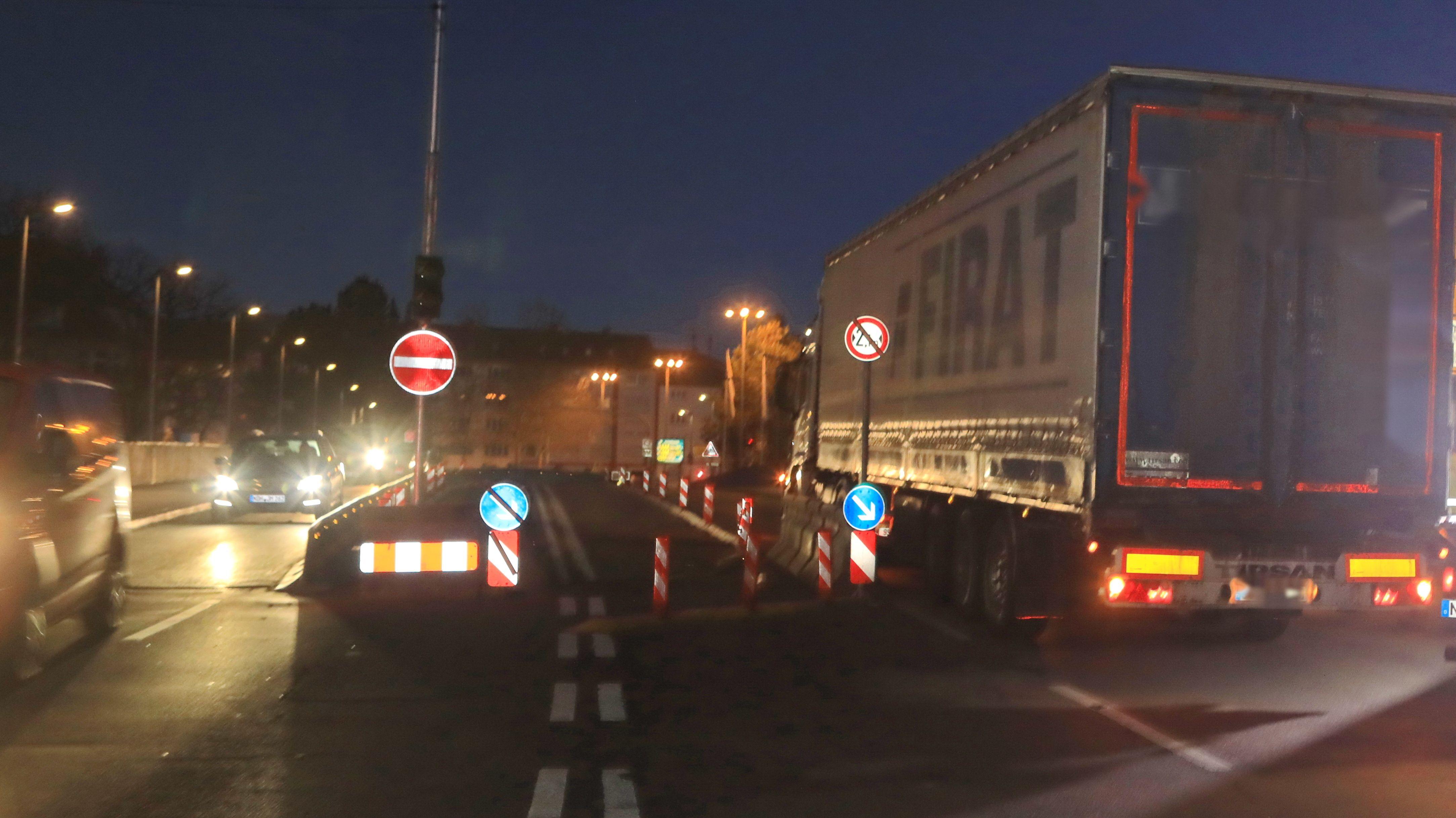 Lastwagen im Morgengrauen auf Brücke