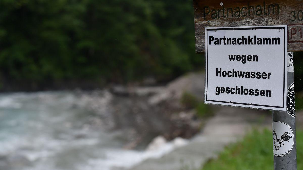 Ein Schild weist darauf hin, dass die Partnachklamm wegen Hochwasser geschlossen bleibt