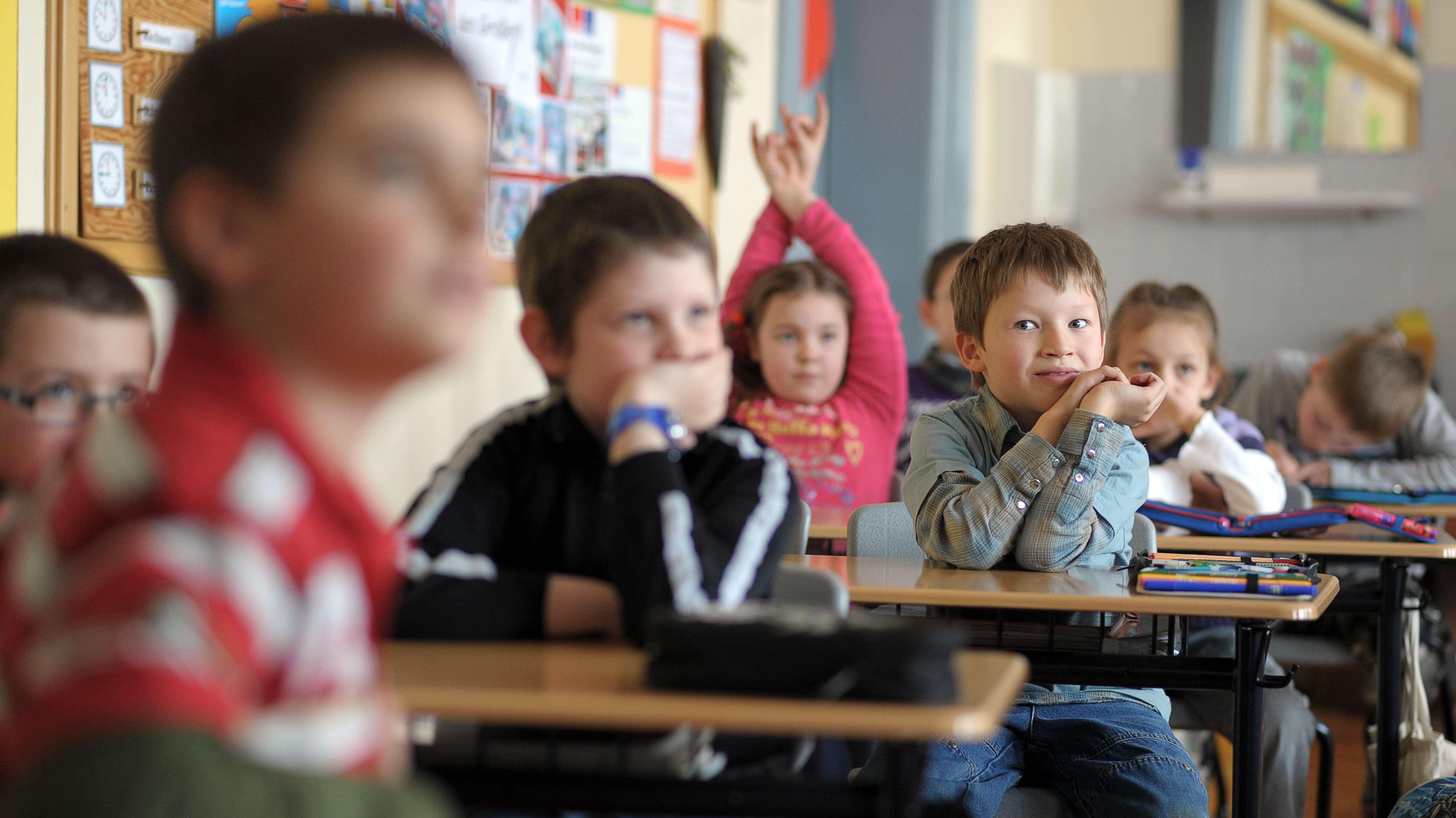 Kinder in einer Grundschulklasse
