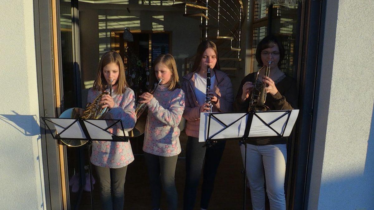 """Vier Personen spielen mit ihren Instrumenten die """"Ode an die Freude"""""""