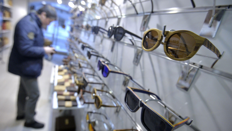 In einem Brillenladen hängen viele Brillen.