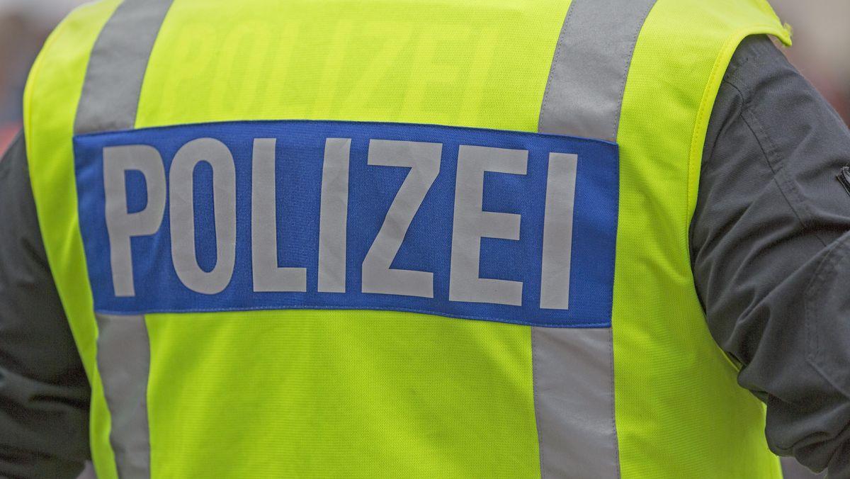 Polizist mit Warnmaske