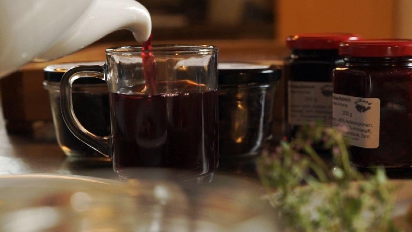 Hedwig Jacobey stellt aus den Aronien Saft, Marmelade, Tee und Trockenobst für Müslis her.