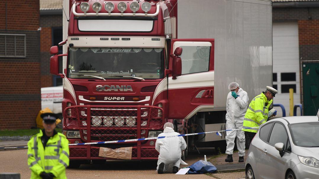 Polizisten und Gerichtsmediziner untersuchen einen Lastwagen, in dem - im Oktober 2019 - 39 Leichen vietnamesischer Migranten gefunden wurden.