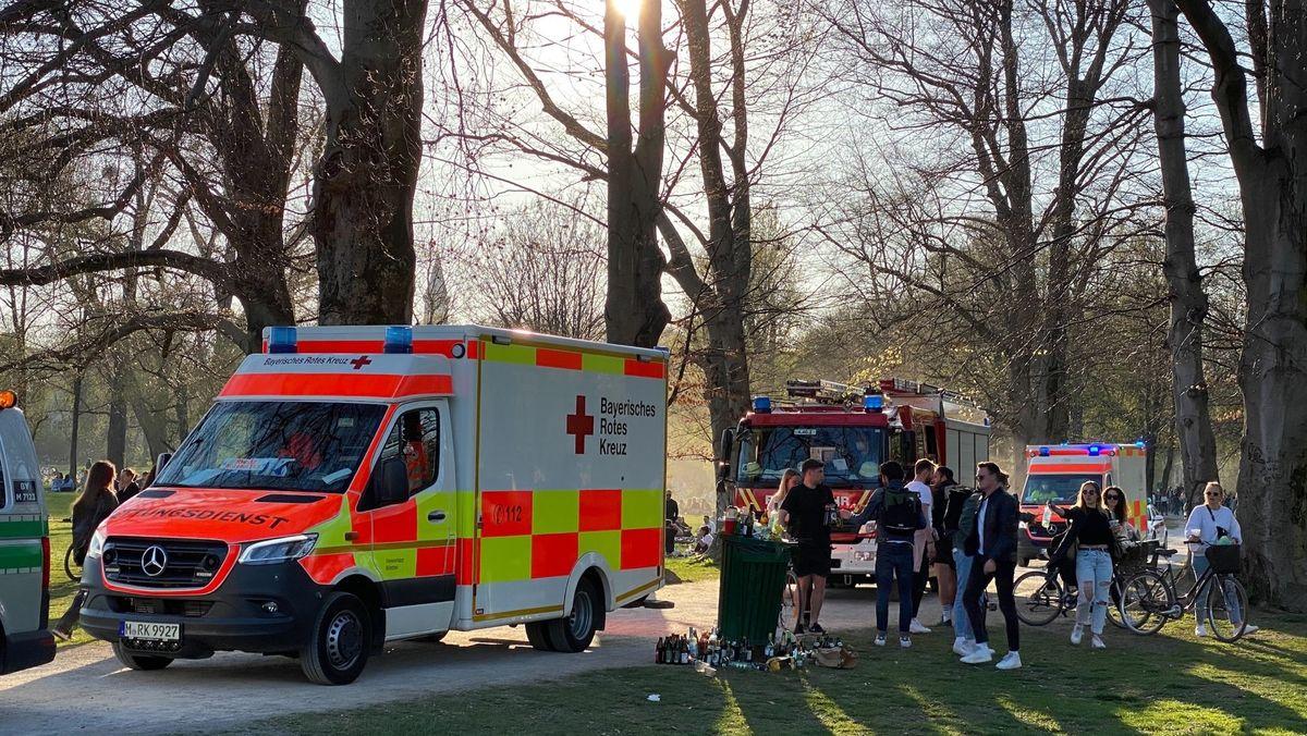 Polizei und Rettungssanitäter nach einer Massenschlägerei im Englischen Garten