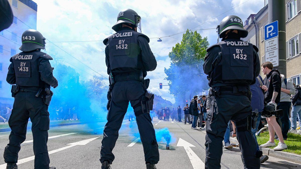 Polizisten und Fans