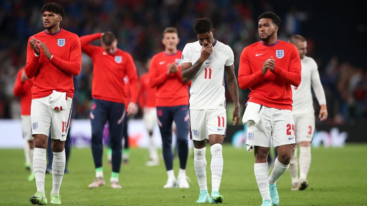 Englands Tyrone Mings (l), Marcus Rashford (M) und Reece James nach der Niederlage im Elfmeterschießen der EM.