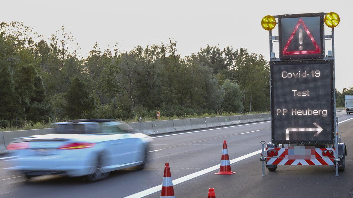 Hinweis-Schild für die Corona-Teststation an der A93 auf dem Parkplatz Heuberg, aufgenommen am 27.08.20.