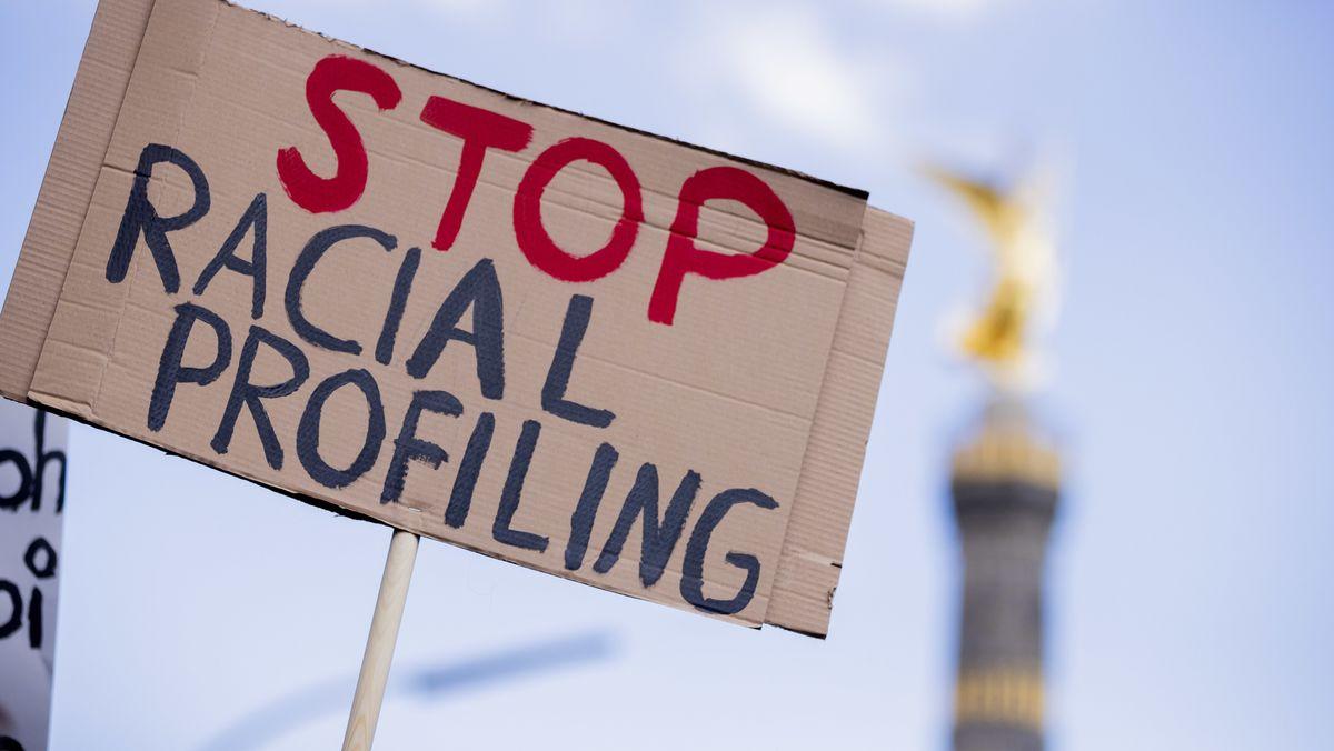 """18.07.2020, Berlin: """"Stop racial Profiling"""" steht bei einer Demonstration gegen Rassismus in Deutschland auf einem Schild."""