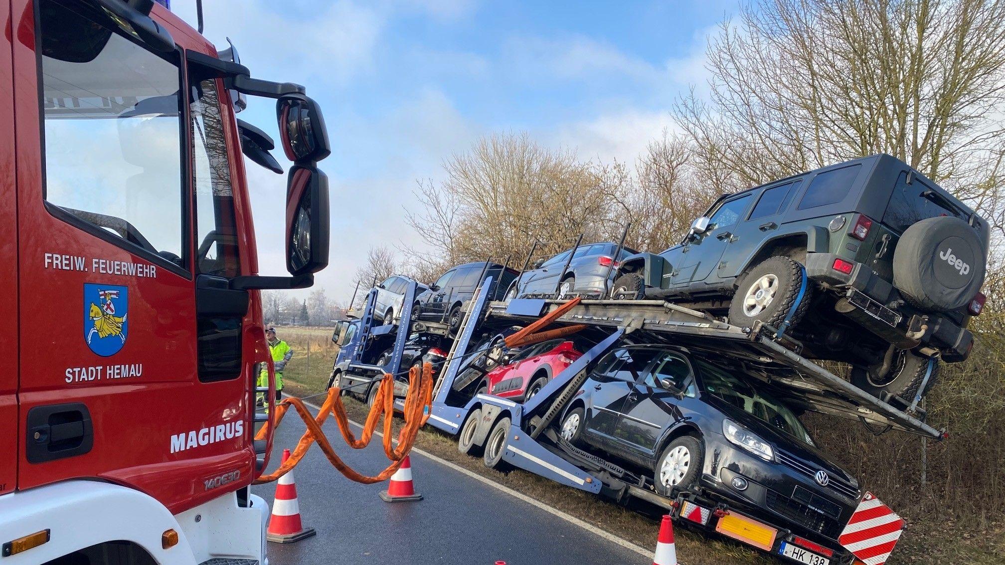 Feuerwehr sichert havarierten Autotransporter mit speziellen Spanngurten