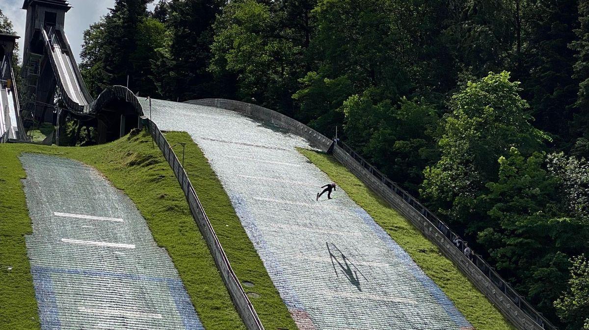"""""""Wintersportler werden im Sommer gemacht"""", lautet eine Weisheit der Disziplin. Karl Geiger trainiert aktuell bei Berchtesgaden."""