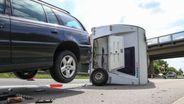 Der Wohnwagen liegt umgekippt auf der Autobahn. Die Hinterachse des PKW, der den Wohnwagen gezogen hat, steht rund einen Meter über dem Boden. | Bild:NEWS5