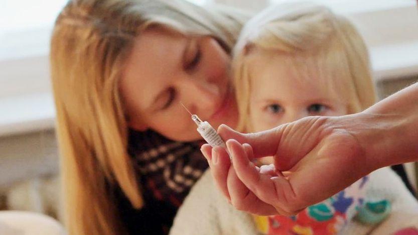 Eine Mutter mit ihrer kleinen Tochter kurz vor der Impfung.