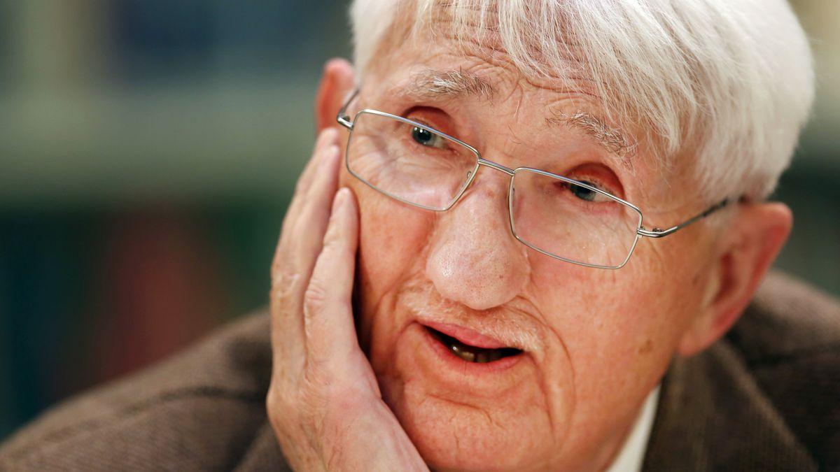 Porträt des Philosophen Habermas mit Brille, den Kopf legt er nachdenklich in die Hand