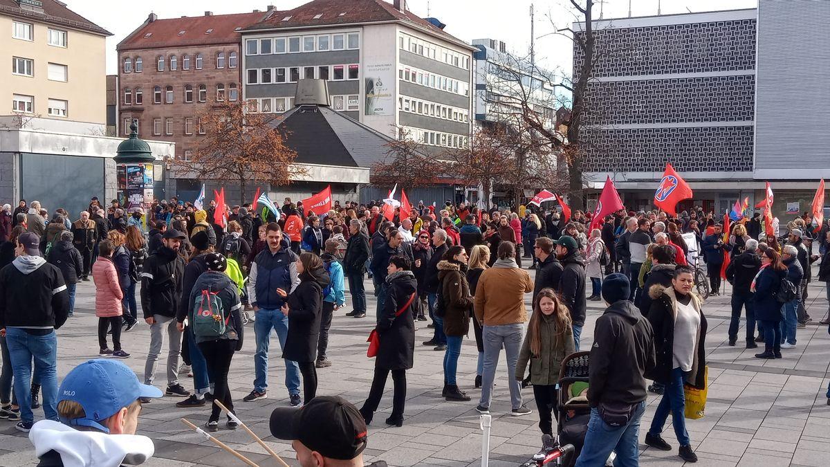 Demonstranten in Nürnberg mit roten Fahnen