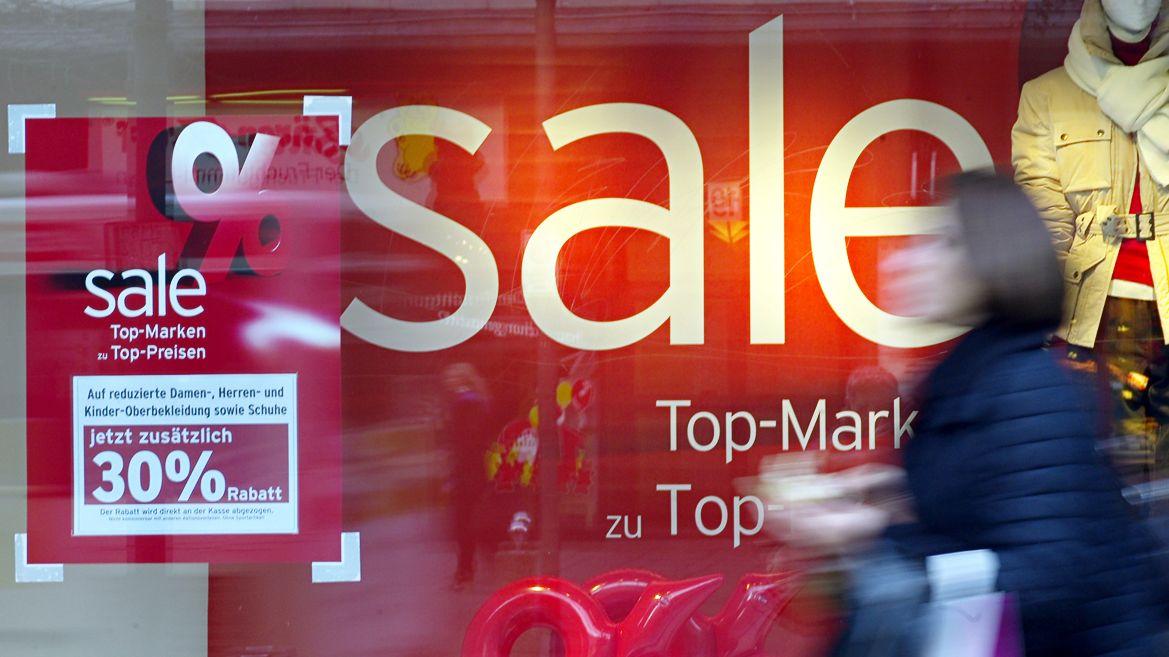 """Schaufenster mit """"Sale""""-Angeboten"""
