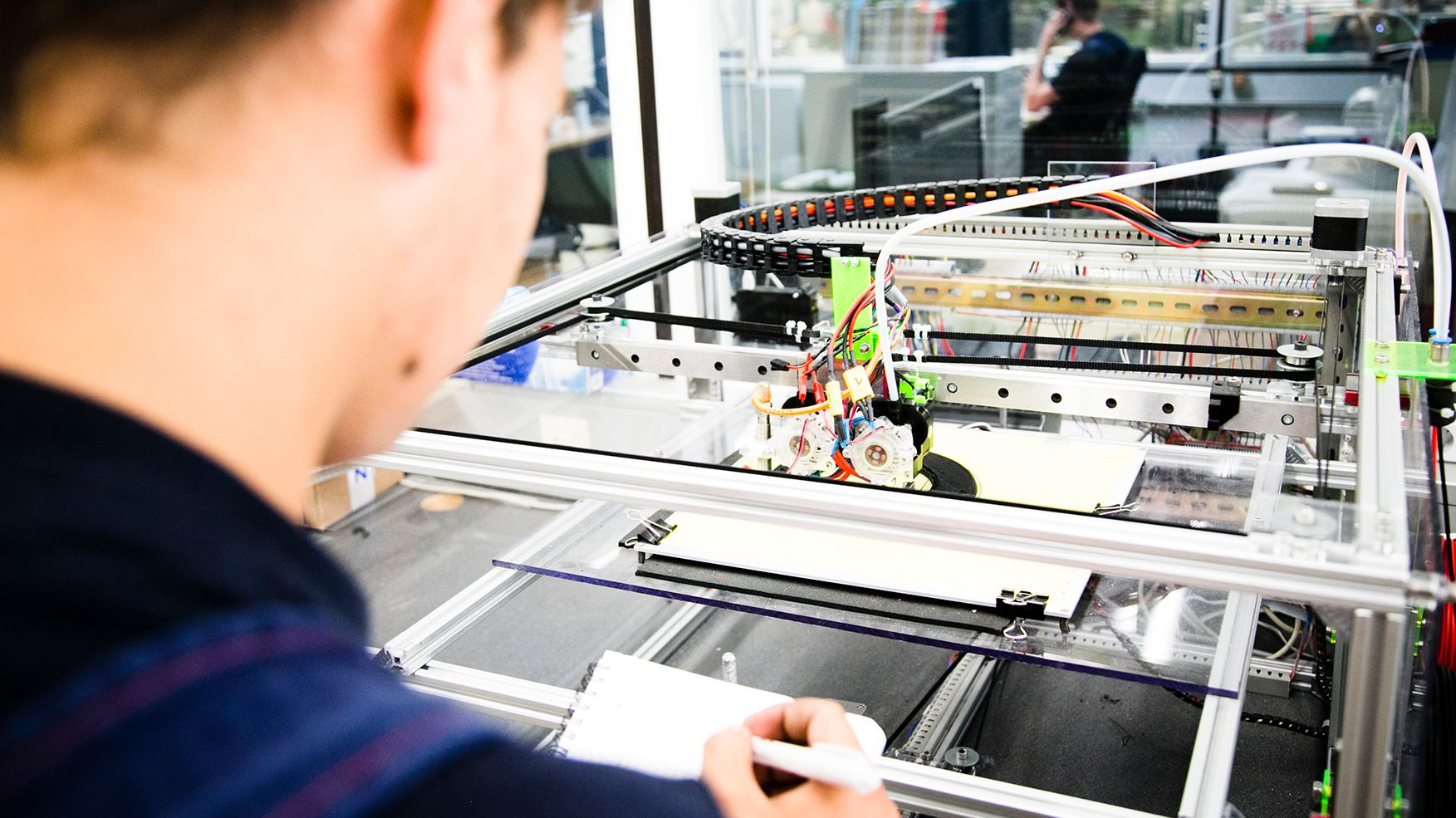 Azubi an 3D-Drucker