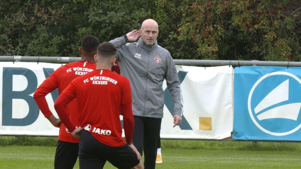 Spieler des FC Würzburger Kickers und ihr neuer Trainer Marco Antwerpen