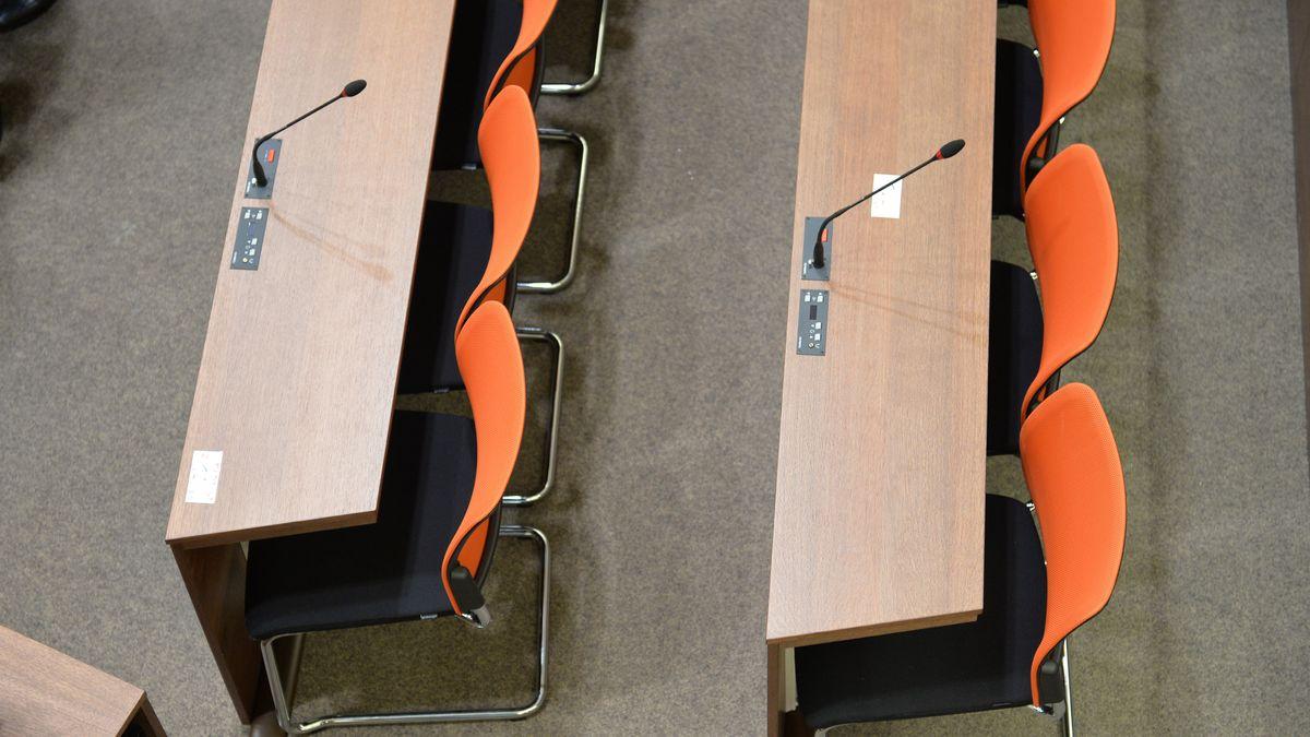 Blick auf Bankreihen in einem Sitzungssaal im Münchner Justizbgebäude (Symbolbild).