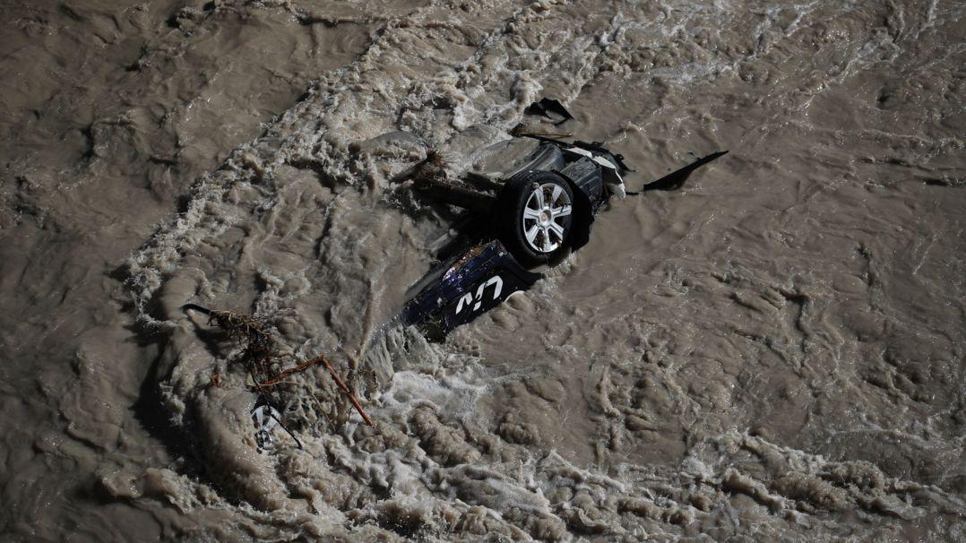 Ein Auto wird vom Hochwasser des Fluss Roya mitgerissen. Expertinnen und Experten warnen vor einem zunehmenden Anstieg des Meeresspiegels und der fortschreitenden Erwärmung der Ozeane.