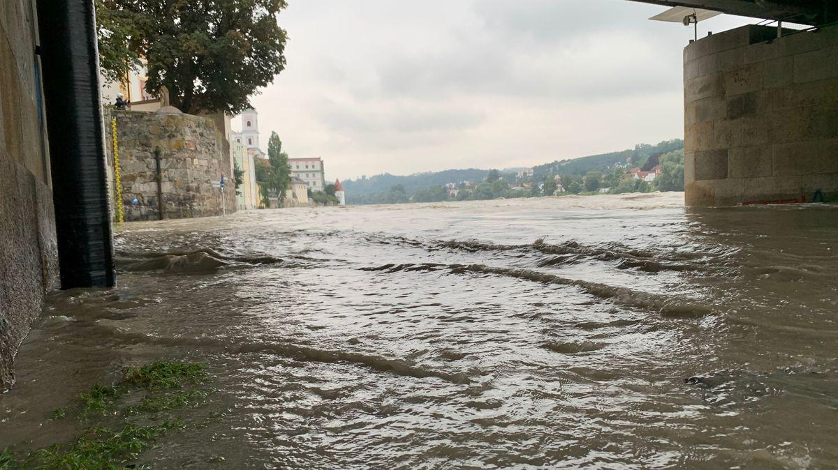 Hochwasser unter einer Brücke am Inn in Passau