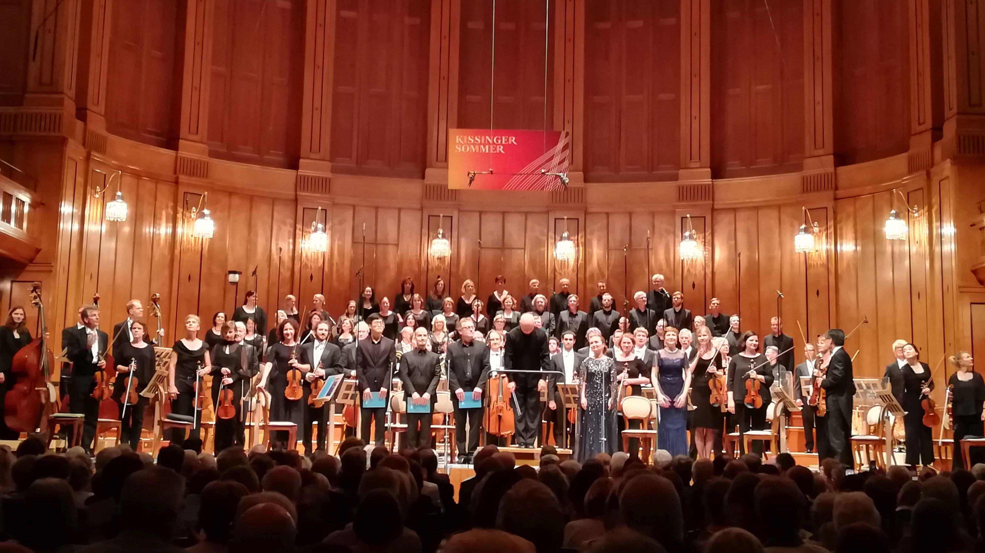 Die Deutsche Kammerphilharmonie Bremen zusammen mit dem Chor des Bayerischen Rundfunks
