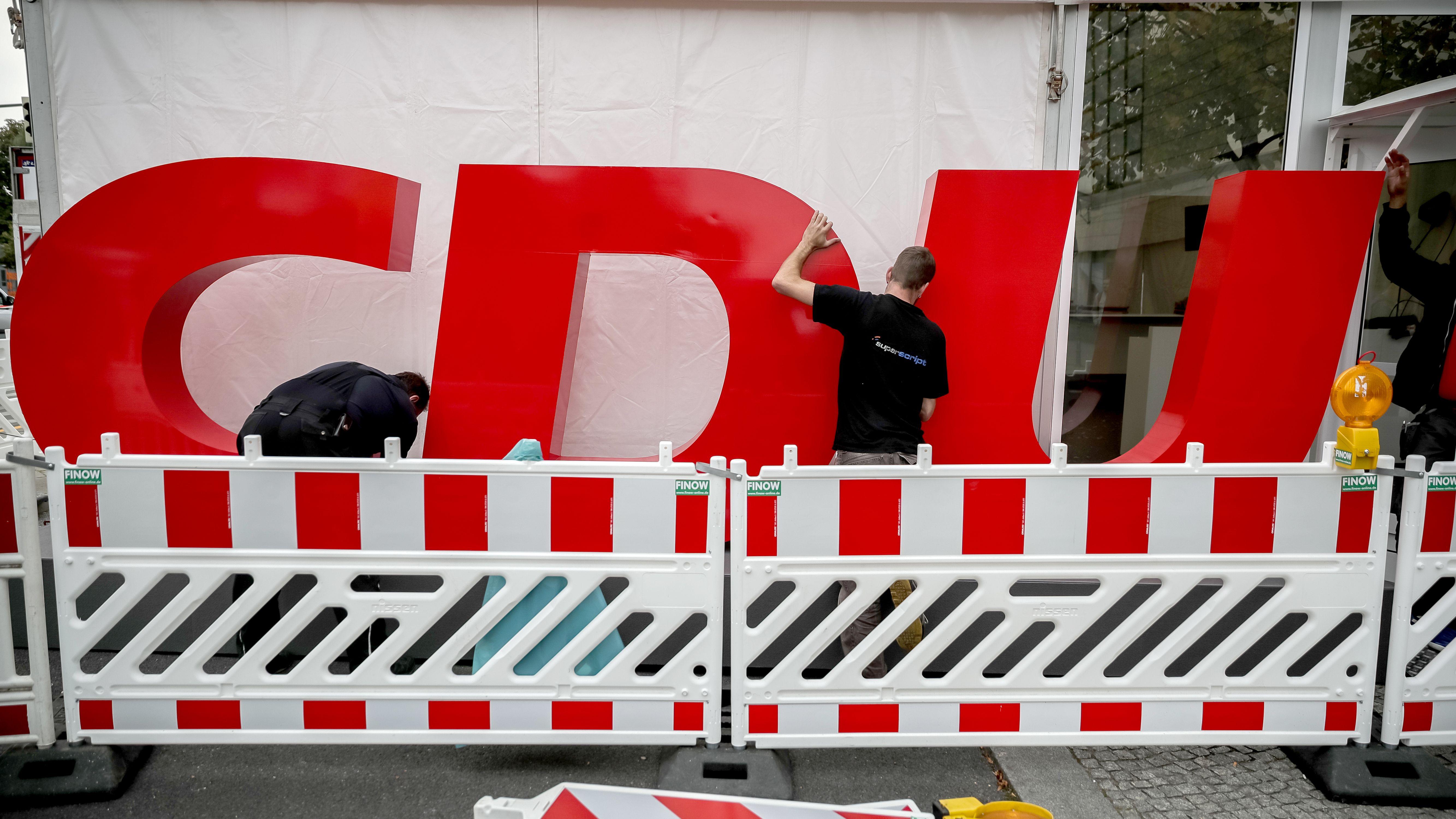Arbeiten am CDU-Logo vor der Parteizentrale, dem Konrad-Adenauer-Haus in Berlin.