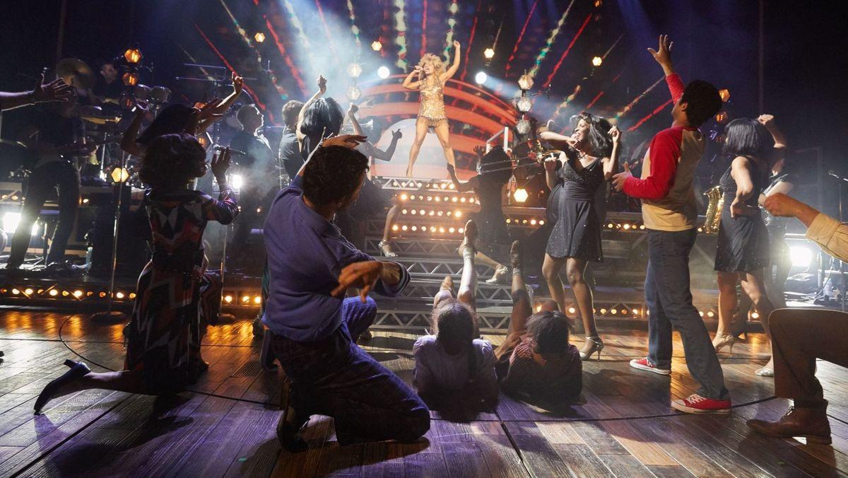Tänzer und Hauptdarstellerin auf der Bühne