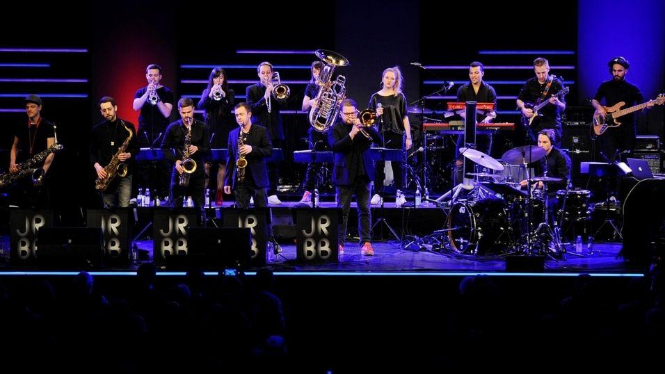 Blick auf die Bühne mit einer Big Band