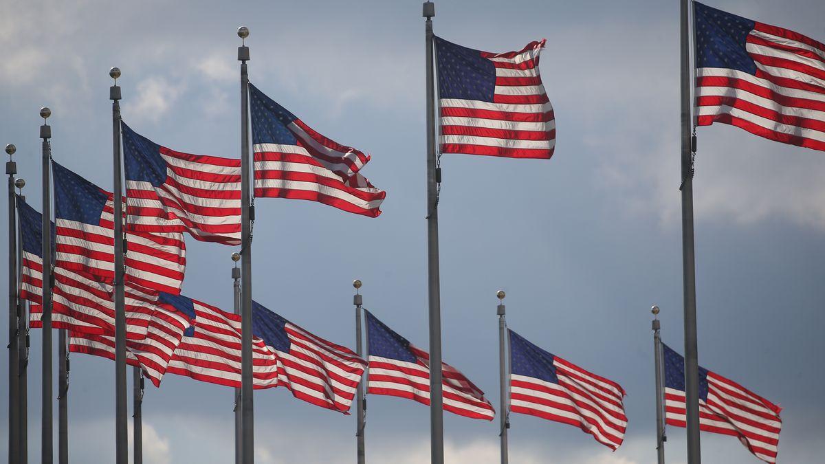 US-Flaggen am Washington Monument.
