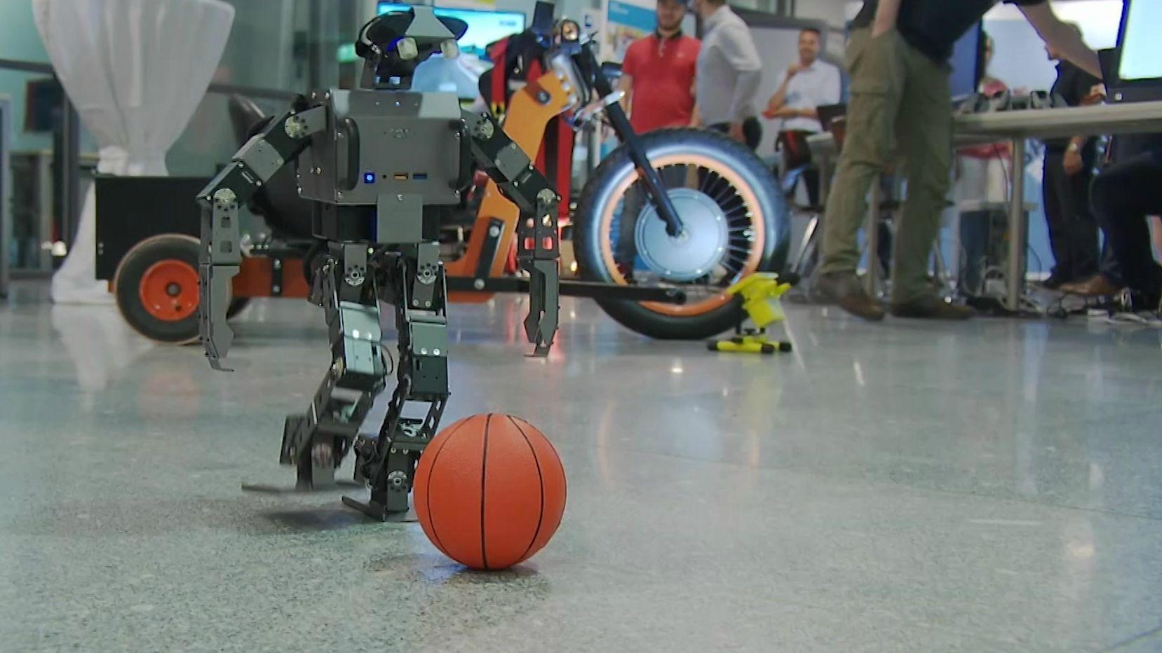 Roboter spielt Ball auf dem Campus Festival