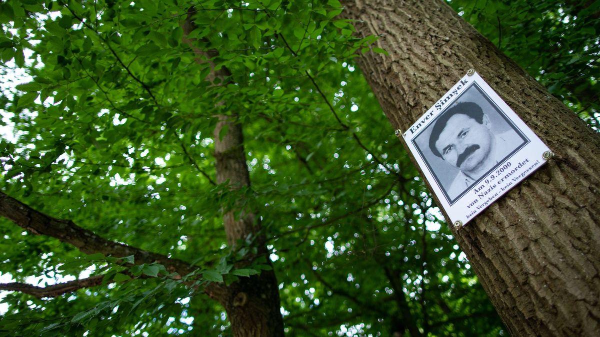 Eine Gedenktafel mit dem Abbild des vom NSU ermordeten Enver  Şimşek hängt am Tatort in Nürnberg an einem Baum.