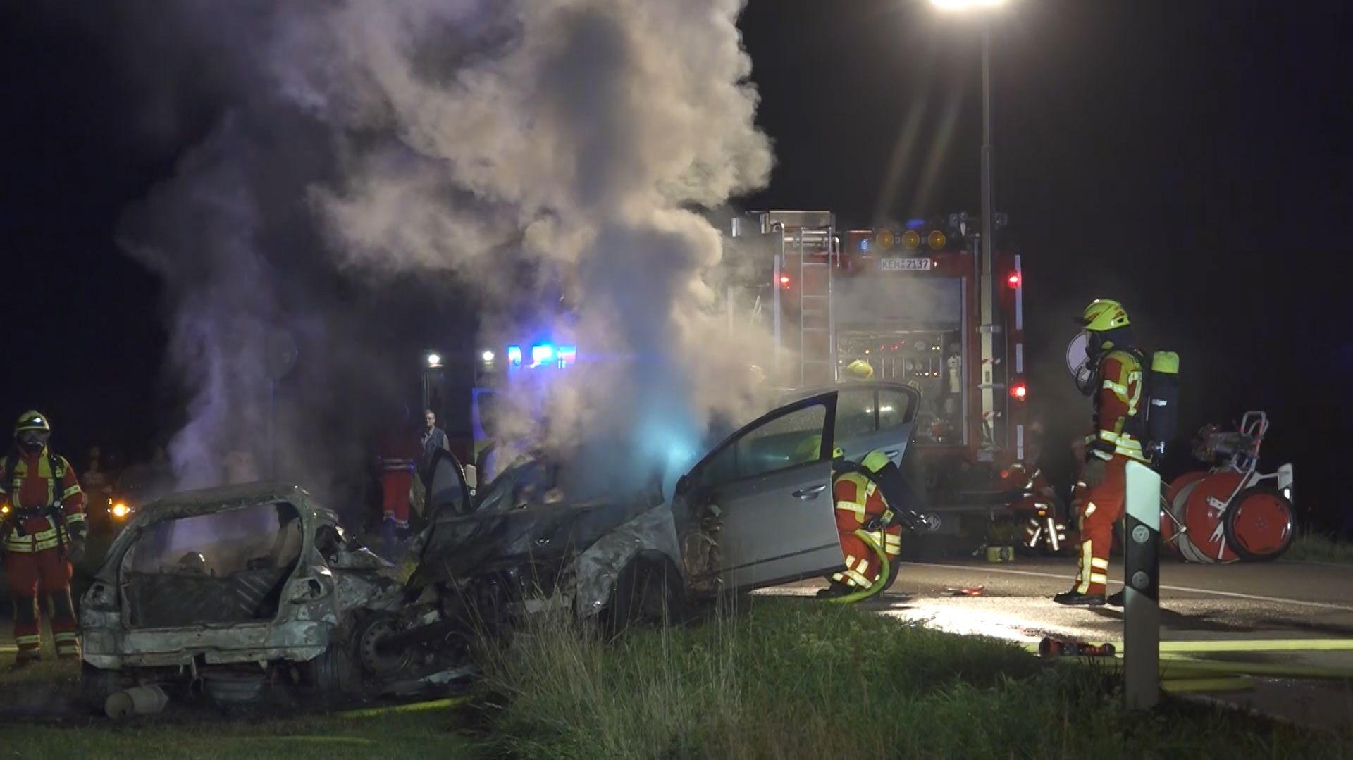 Ein Autofahrer ist am Abend bei Abensberg in ein anderes Auto gekracht und tödlich verunglückt