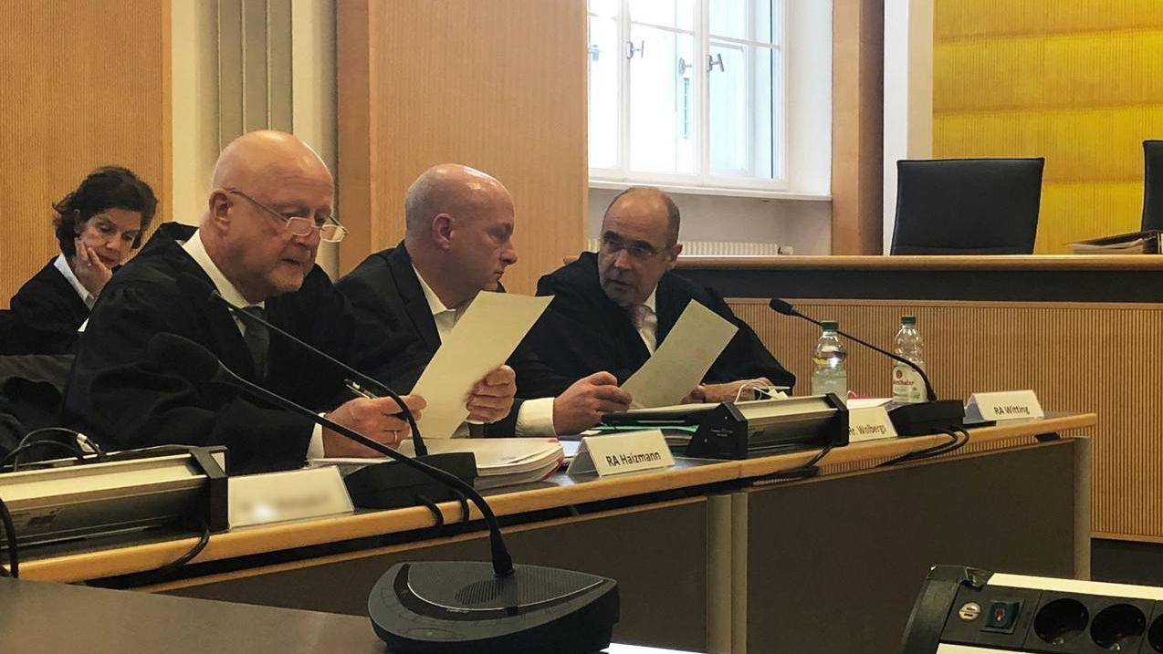 Joachim Wolbergs berät sich mit seinen Anwälten
