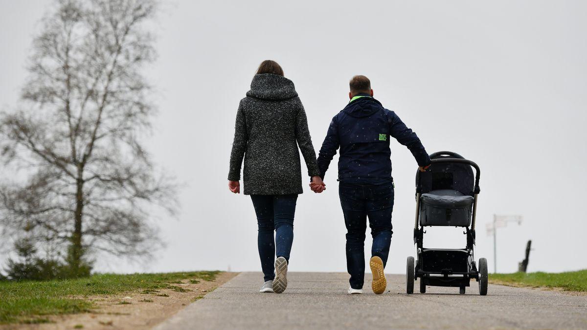 Ein Paar geht mit seinem Kind spazieren.