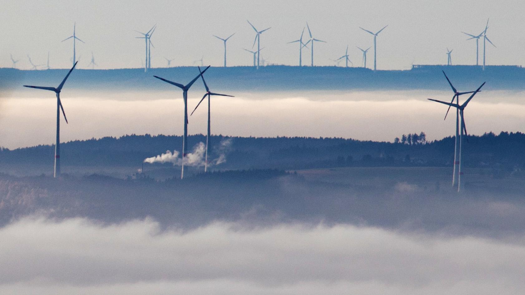 Windräder über dem Nebel