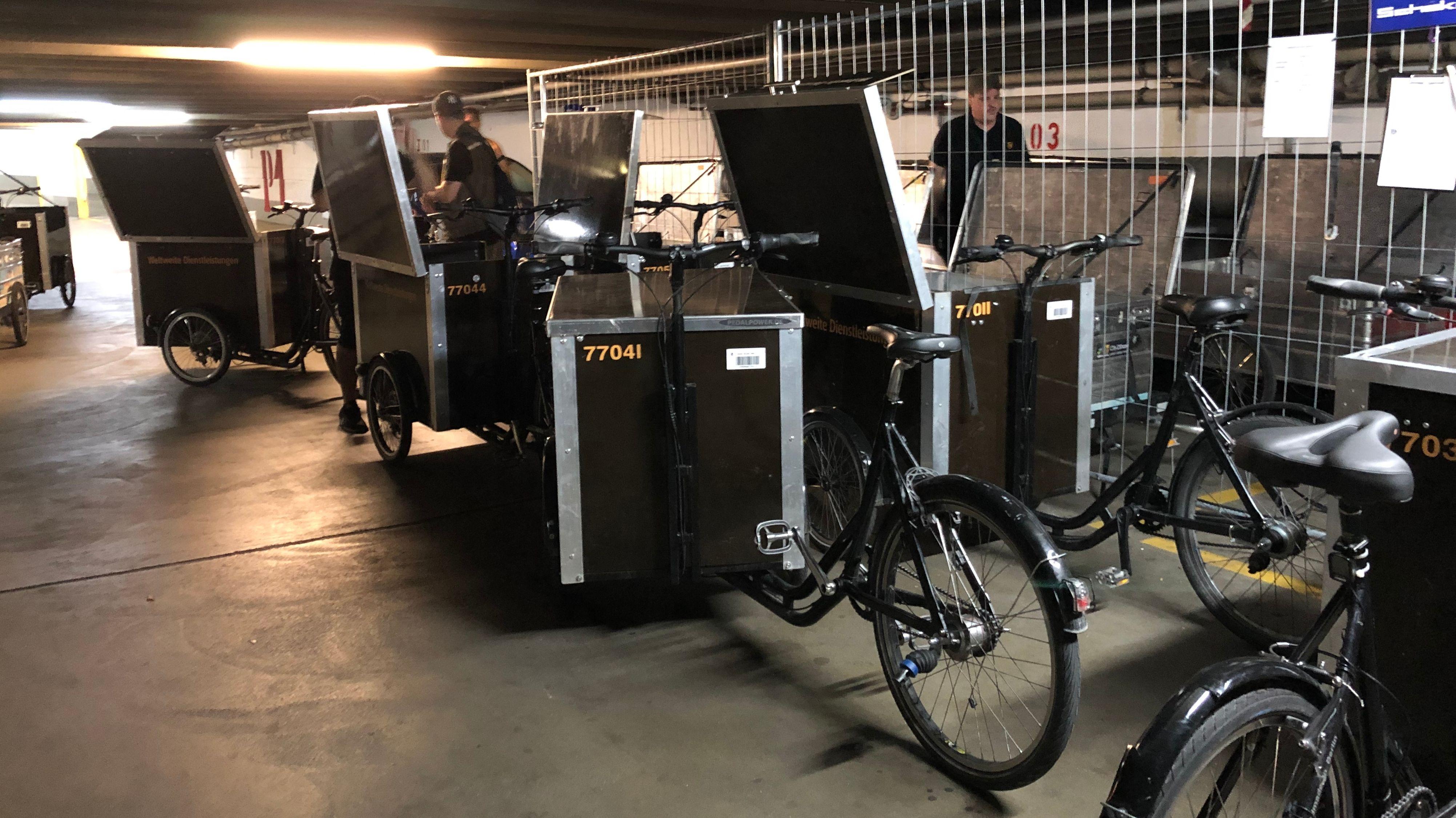 Paketzusteller mit ihren Lastenrädern