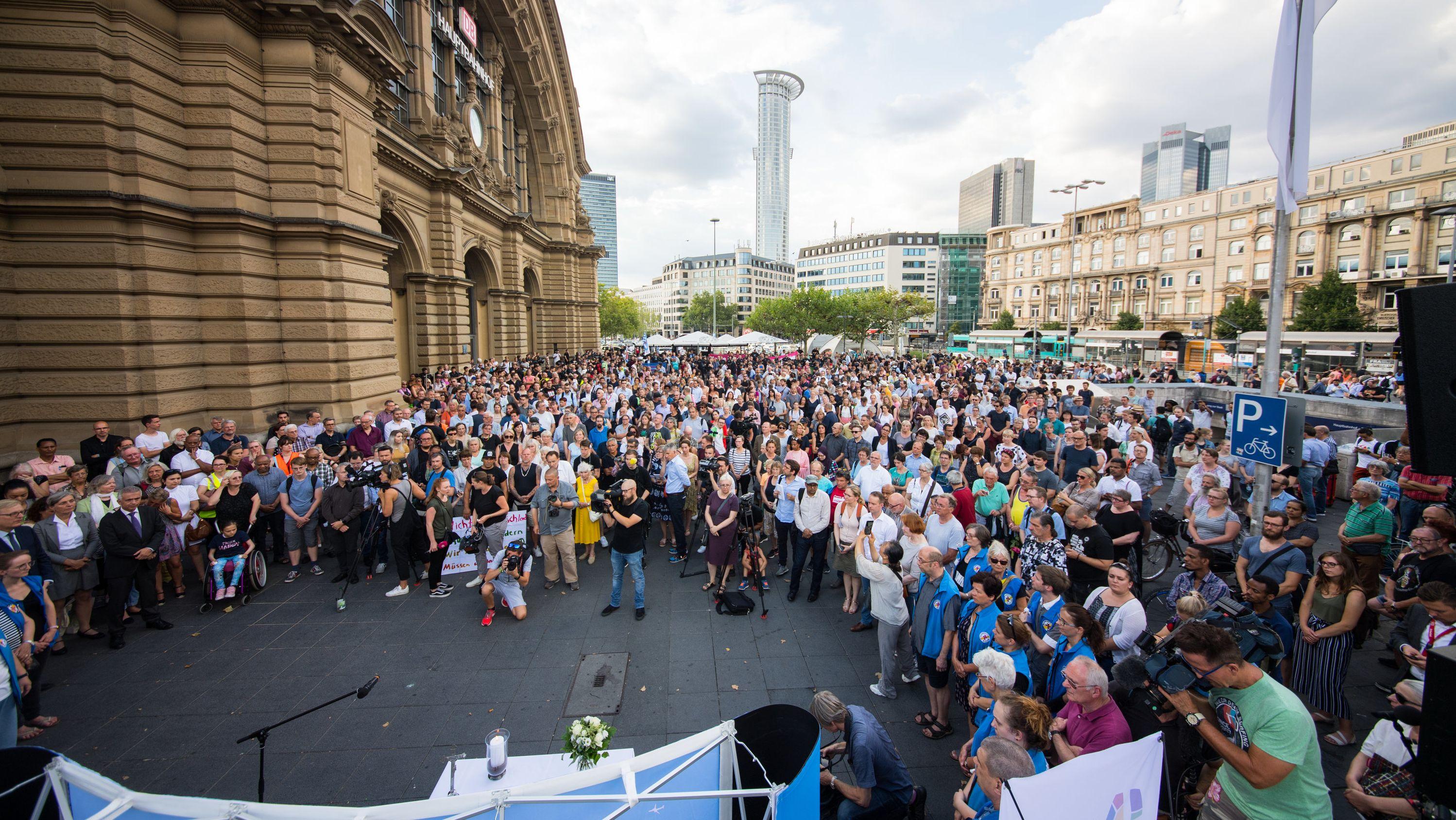 Trauerveranstaltung der Bahnhofsmission vor dem Frankfurter Hauptbahnhof