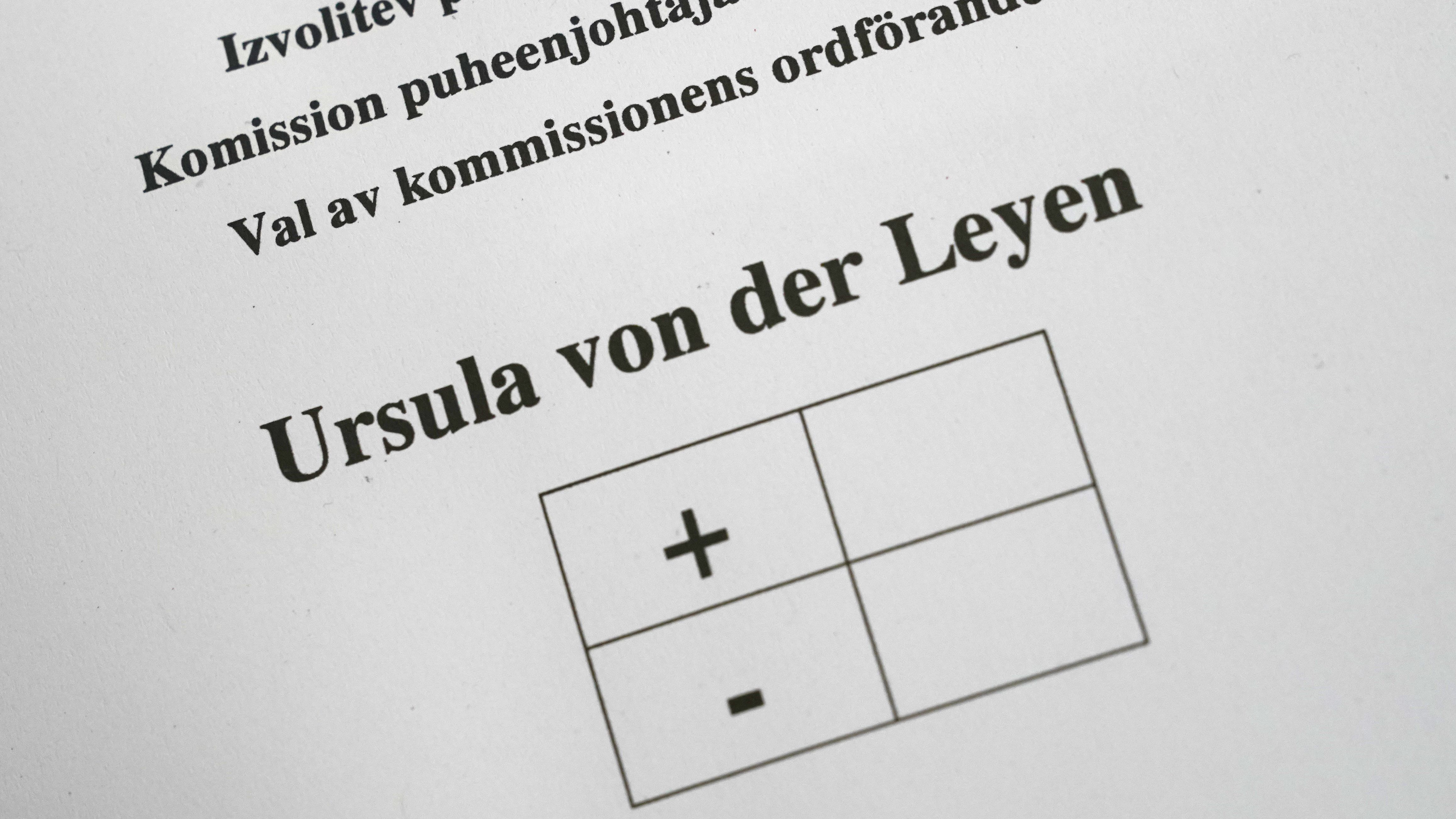 Stimmzettel im Plenarsaal.