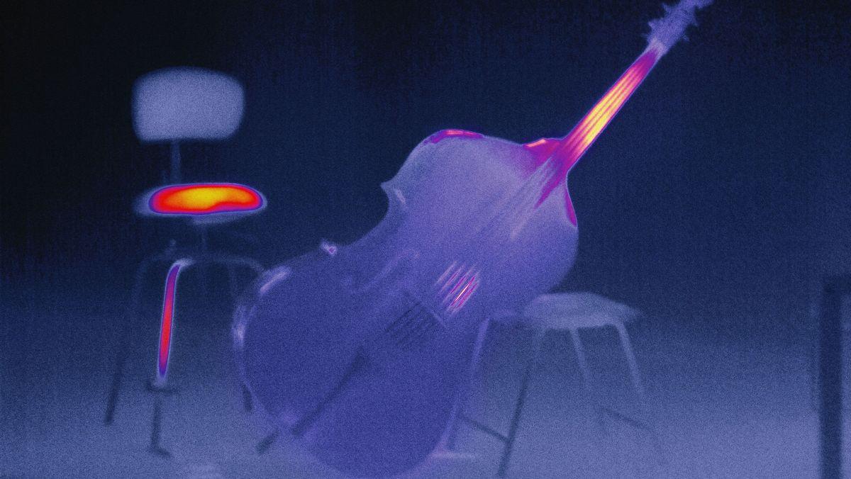 Beanspruchter Kontrabass mit heiß gesessenem Stuhl