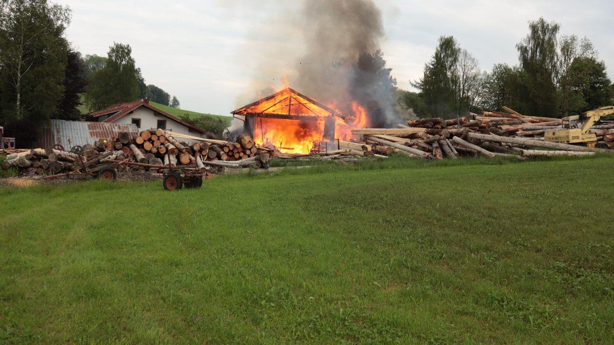 Die Halle des Sägewerks steht in Flammen