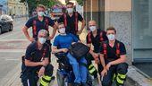Münchner Berufsfeuerwehr trägt Rollstuhlfahrer aus dem vierten Stock nach unten | Bild:Berufsfeuerwehr München