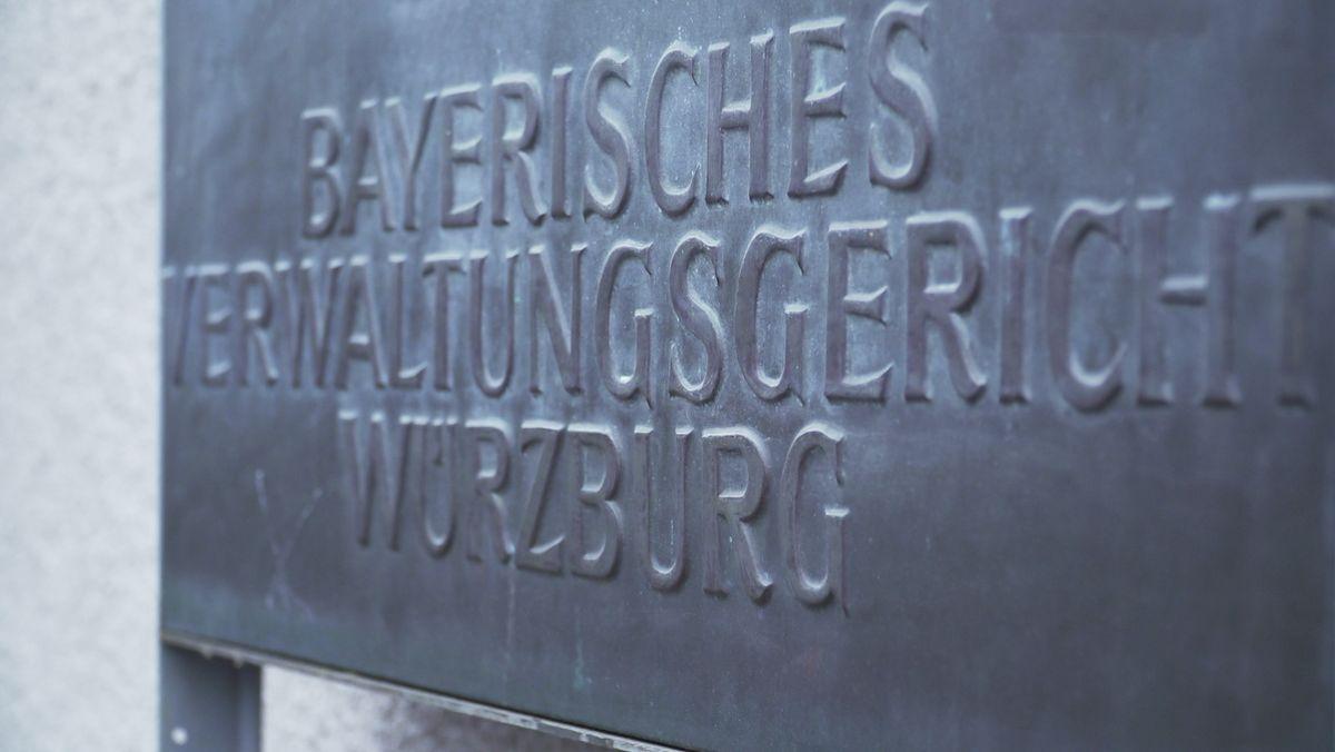 Schild am Gebäude des Würzburger Verwaltungsgerichts